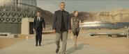 Blofeld faisant visiter son repaire à Bond et à Madeleine