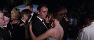 James Bond dansant avec Domino