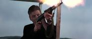 Alec essayant d'abattre Bond avec sa mitraillette