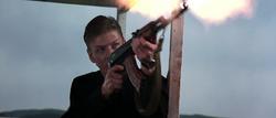 Alec essayant d'abattre Bond avec sa mitraillette.png