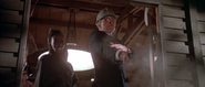 Zorin tentant d'abattre Bond et Sutton