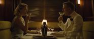 Madeleine et Bond discutant