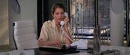 Holly au téléphone avec Drax
