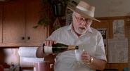 John se serre un verre