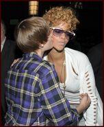 Backstage grammys Rihanna kiss