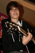 Justin Bieber playing guitar Q100