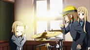 Yui helps Ritsu shine