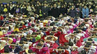 Abschlussfeier-auf-koreanisch-eine-verbeugung-zum-dank-an-die-eltern-und-lehrer