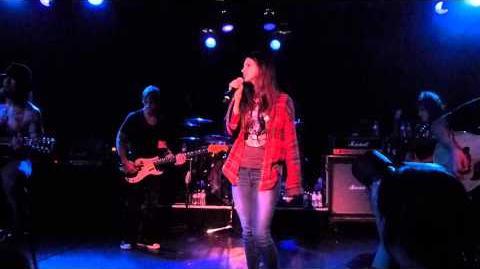 Lana_Del_Rey_performing_Wonderwall_with_Camp_Freedy