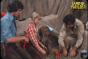 Marshall-family-helping-Cha-Ka-land-of-the-lost-tv-show-6465846-500-335.jpg