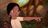 Shanti montre avec terreur quelque chose derrière Mowgli