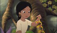 Shanti prend une épluchures de mangue