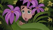 Melodie cacher dans des fleurs