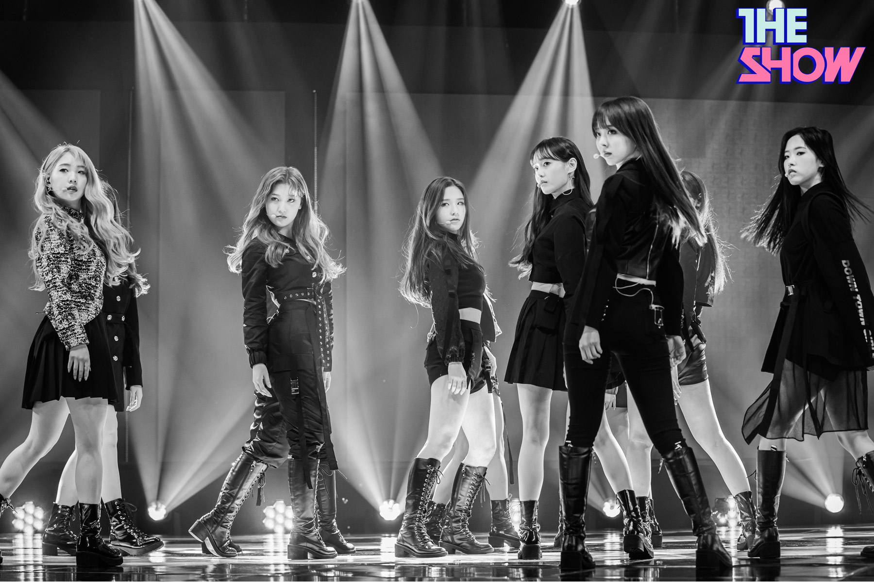 200212 THE SHOW Stage So What LOONA 3.jpg