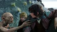 Голлум отговаривает Фродо спускаться к Чёрным Вратам