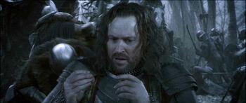 """Isildur zakłada na palec Pierścień podczas bitwy na Polach Gladden – klatka z filmu <i><!--LINK'"""" 0:0--></i>"""