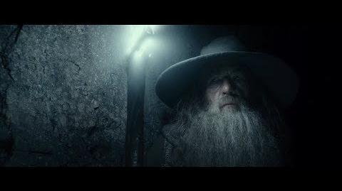 Гэндальф осматривает могилу Короля-Чародея