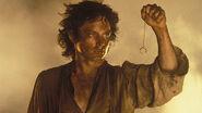 Фродо прислушивается к Кольцу в огне Ородруина