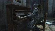 Бар играет на пианино