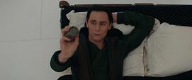 Loki se distrae lanzando objetos