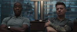 Rhodes y Barton escuchan la explicación de Thor