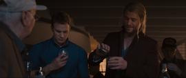 Thor le informa a Rogers del trago - AOU