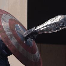 Winter Soldier golpea el escudo de Capitan America.png