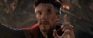Strange le hace una señal a Stark