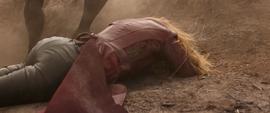 Wanda es tirada a la tierra por Midnight