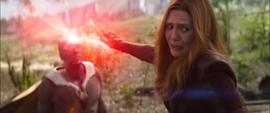Wanda mira a Thanos acercarse