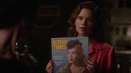 Carter muestra una revista