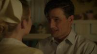 Sousa le pide matrimonio a Violet