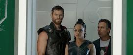 Thor Valquiria y Banner miran a Loki