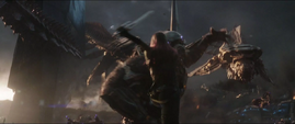 Gamora salta contra un Gorila Chitauri