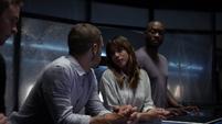 Skye se queda con el equipo mientras Coulson y May realizan la misión