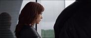 Romanoff escucha a Stark hablarle de la condición de Rhodes