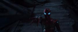 Parker lanza telaraña a Mantis