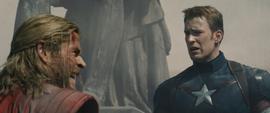 Rogers habla con Thor en Sokovia