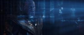 Thanos viendo los hologramas de los Vengadores