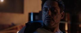 Stark viendo su casco del Mark 42