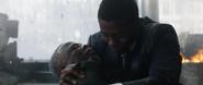 T'Chaka muere y su hijo lo sostiene
