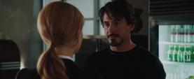 Stark teniendo una conversacion con Pepper - Iron Man