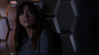 Skye escucha las indicaciones de Coulson