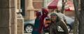 Hombre Araña ayuda a una anciana