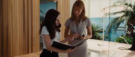 Potts y Romanoff ven los documentos