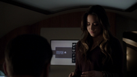 Skye le entrega su insignia a Coulson