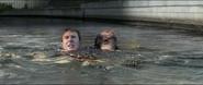 Rogers y Barnes en el agua tras el escape