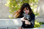 Skye dispara a Creel con una pistola eléctrica