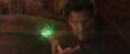 Strange levanta la Gema del Tiempo hacia Thanos