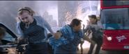 Jones, Brant y Leeds huyen del los ataques de la Fusión Elemental